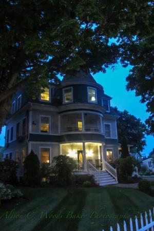 Nellie Littlefield Inn & Spa: The Nellie at night :)