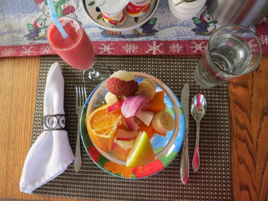 The Old Hawaiian B&B: Tropical breakfast