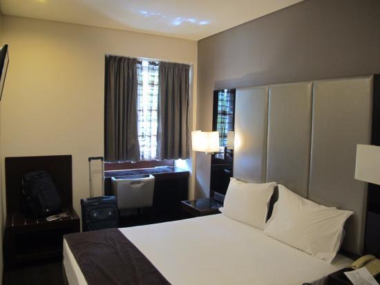Turim Restauradores Hotel: Our room, queen bed
