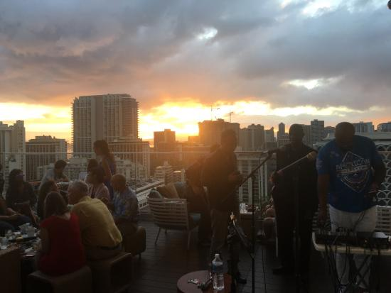 Sky Waikiki: Beautiful views, overpriced food, and horrible service. 1 out of 3 is not enough.