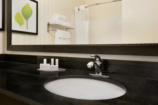 Fairfield Inn & Suites Minneapolis Eden Prairie: Our luxurious guest bathrooms offer complimentary toiletries and plenty of space to get ready fo