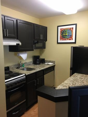TownePlace Suites Bloomington: Kitchen will full-size amenities!