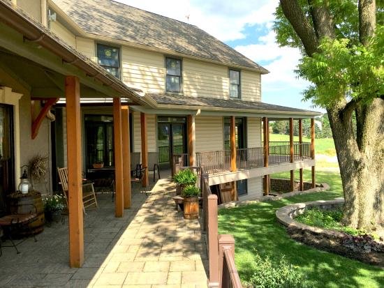 Verdant View Farm Bed and Breakfast: The mail building for the bed and breakfast