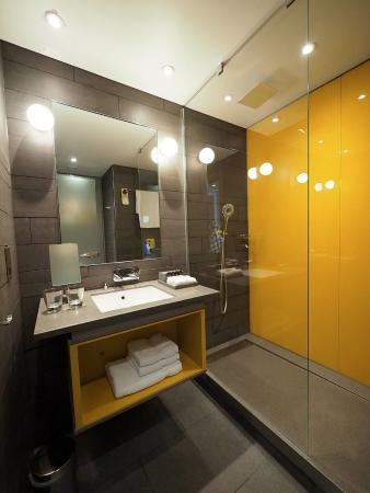 Pullman London St Pancras Hotel: Nice Modern Bathroom