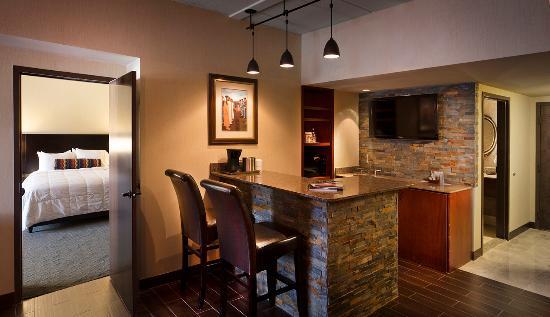Inn of the Mountain Gods Resort & Casino: Suite Bar