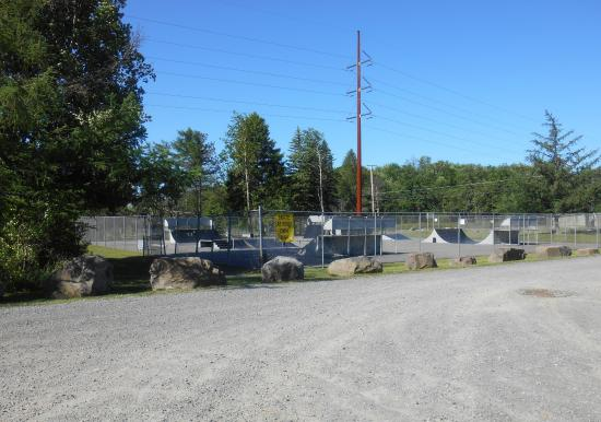 Tobyhanna, Pensilvanya: Skate park area with parking shared with Bball