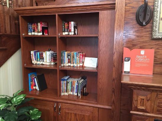 كانتري إن آند سويتس باي كارلسون: Lobby Area, Books to Read