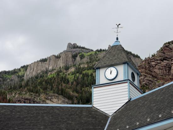 Ouray Victorian Inn: Beautiful location nestled under the mountain.