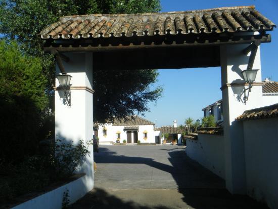 El Alamo Hostal Restaurante: Entrada al recinto de alojamientos