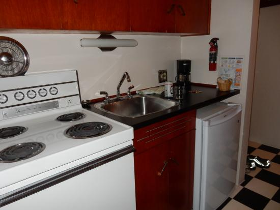 Surf Motel: A FULL size stove!