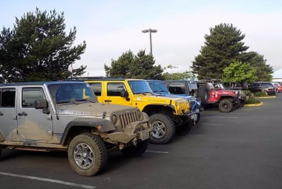 Shilo Inn Suites Hotel - Tillamook: Parking lot full of Jeeps.