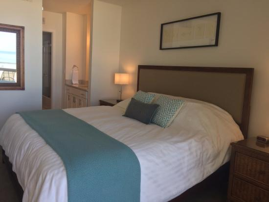 Tradewinds Apartments: King Size Bed and Newly Remodeled Bathroom