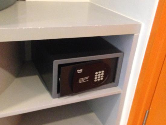 POP! Hotel Kuta Beach: safe deposit box