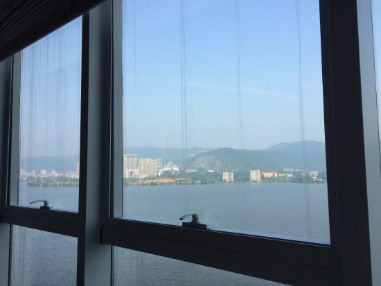 Huangshi, Chine : vista do lago. Muito agradável para quem gosta de admirar um bom lago.