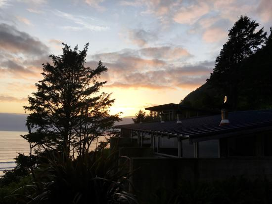 The Awtrey House: Nestled up on the hill it has stellar views of Manzanita and is only a short walk down to the be