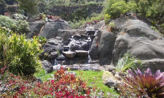 Whangarei, Nova Zelândia: One of the waterfalls from the lake