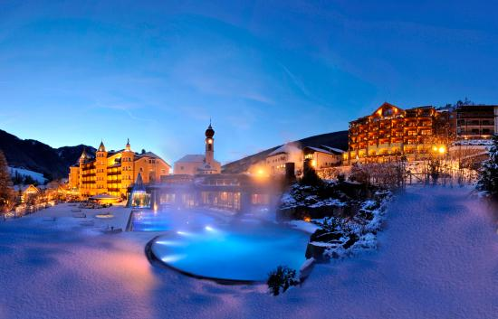Hotel Adler Dolomiti Spa & Sport Resort: Hotel Adler Dolomiti by night