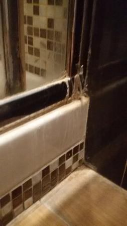 Hotel Consulta: box doccia mal sigillato e l'acqua esce lateralmente quando ci si fa la doccia