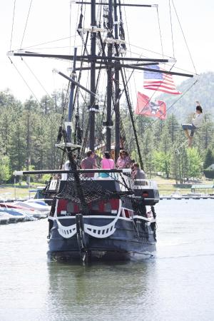 Holloway's Marina & RV Park : The Time Bandit getting ready to dock