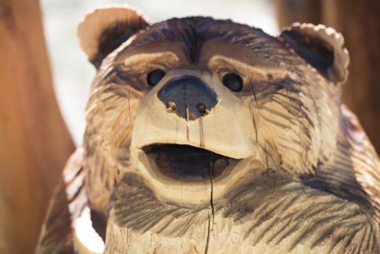 Holloway's Marina & RV Park : Bear carvings greet the visitors