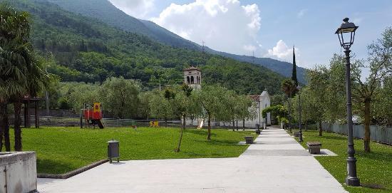 Bolognano-Vignole, Italia: VIALE VERSO LA CHIESA