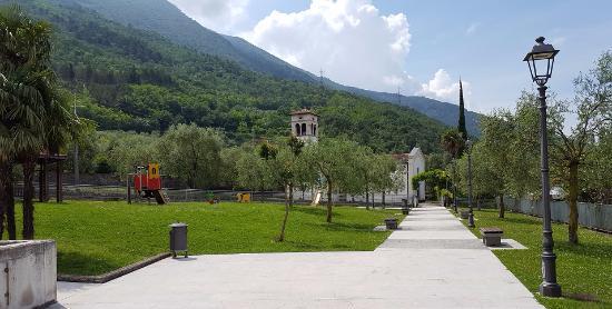 Bolognano-Vignole, Italy: VIALE VERSO LA CHIESA