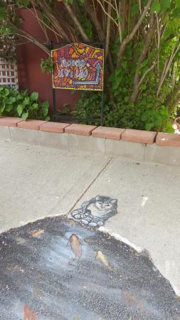 Big Horn Motel: peinture réalisée sur le trottoir du parking du Motel