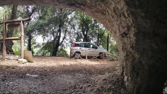 Vico del Gargano, Italie : Foto dall'interno verso l'esterno delle grotte