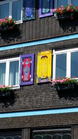 Fensterladen bemalt von Horst Kordes - Hunderwasserschuler