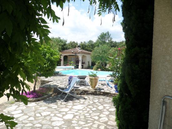 Les Mages, فرنسا: Vue de la chambre l'Ostal à quelques pas de la piscine
