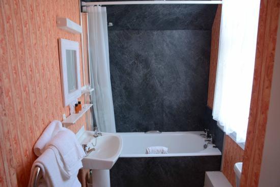 Falls Of Lora: Das Badezimmer   Hell Und Durchaus Modern
