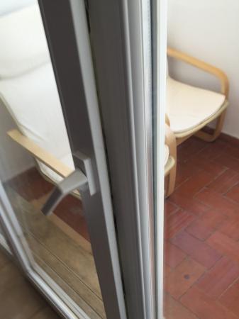 Apartmentos Turisticos Minichoro : Gap on door handle