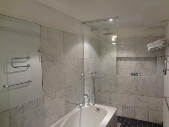 Three Sisters Hotel: Ванна, душ