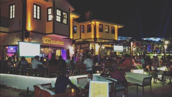 TWINS Pub & Bistro