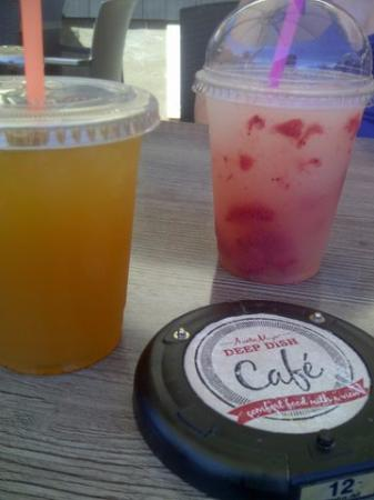 Vernon, Canada: Cold drinks - strawberry lemonade and lemon ice tea
