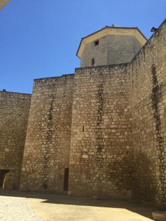 Castillo del Moral: Detalle de muralla y torre ochavada desde la entrada al castillo