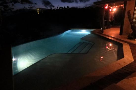 Savasi Island Villas: Night time around the pool