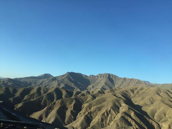 Merzouga, Marruecos: la carretera al lado de las imponentes montañas