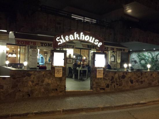 Tom's Steakhouse: Terrace by night