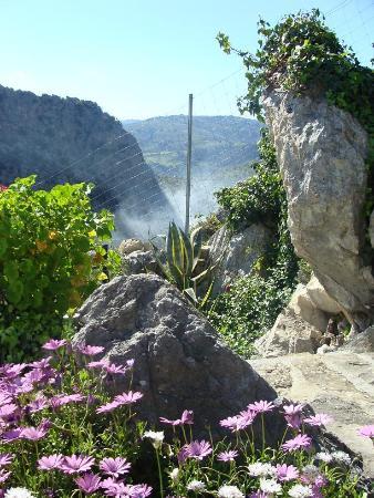 Montejaque, España: Uitzicht vanaf de tuin