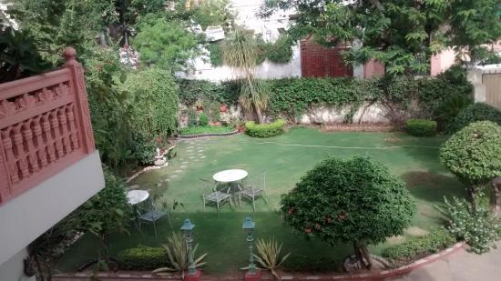 Rawla Rawatstar: Vista desde el desayunador hacia el jardín, muy bien mantenido