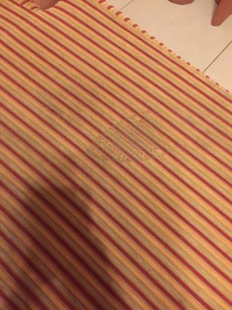 فندق وينشستر ديلوكس: Big unknown stain on the sofa