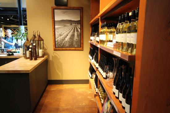 Вест-Келоуна, Канада: 素敵な空気と景色が、周りの自然を一層リッチに感じさせます。私はまるでローマにいる様な不思議な気分になりました。 高いワインの試飲する場合は、特別にエスコートされて別の部屋に行きます。少しの間ゴ
