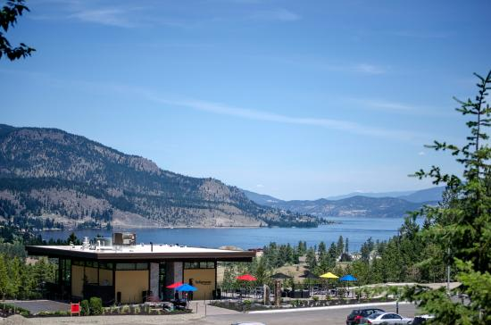 West Kelowna, Canada: Indigenous World Winery has a one-of-a-kind view of Okanagan Lake and Kelowna.