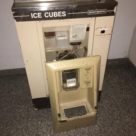 A Victory Inn & Suites - Ann Arbor: ice machine