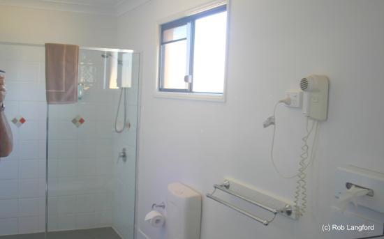 Ascot Lodge Motor Inn Kingaroy: Bath room