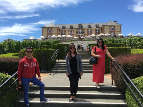 Danville, Kalifornien: My guests all the way from the Phillipines enjoy Domaine Carneros in Napa Valley