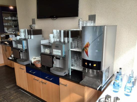 Ditzingen, Jerman: Kaffeemaschine und Fruchtsäfte