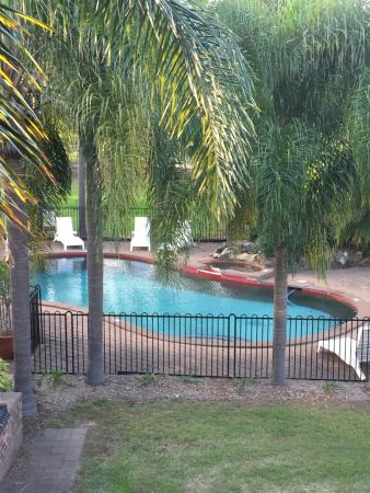 Charbonnier Motor Inn SIngleton : Pool & BBQ Area From Room