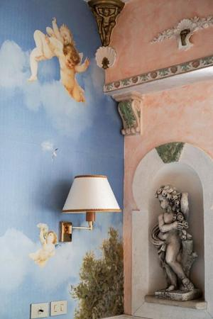 Hotel Pensione Barrett: Sculptures and paintings...